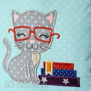 poduszka pokoik dziecka szare - kotek kocha czytać