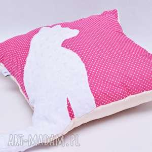 Uszyciuch pokoik dziecka poduszka z kotem z wystającym ogonem. efekt