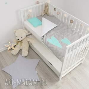 szare pokoik dziecka kołderka pościel do łóżeczka dwa serca mięta