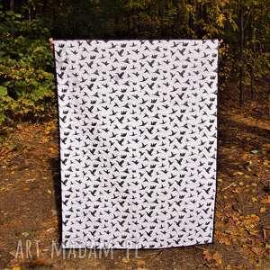 białe pokoik dziecka skandynawska narzuta biało czarna