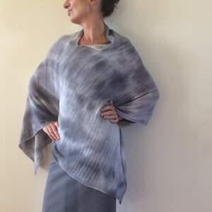 niesztampowe poncho sweter eleganckie wełniane jasno szare