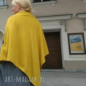 czarne poncho z dzianiny wełnianej