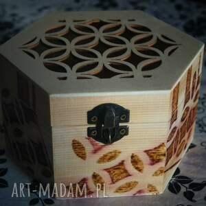 beżowe pudełka sześciokątna szkatułka. wieko ozdobione