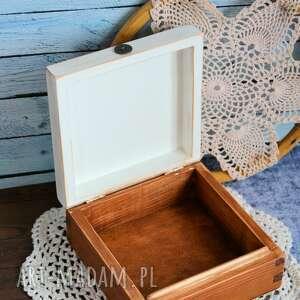 świąteczne prezenty brązowe pudełko drewniane z konikiem
