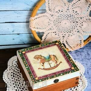 świąteczne prezenty pudełko drewniane z konikiem
