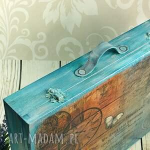 walizka pudełka turkusowe wykonana z drewna. malowana farbami