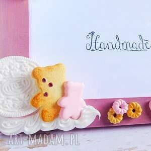 Słodka pudrowo różowa ramka na zdjęcia - modelina miś