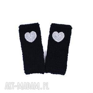 niesztampowe rękawiczki mitenki czarne z sercem