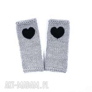 rękawiczki mitenki jasnoszare z sercem