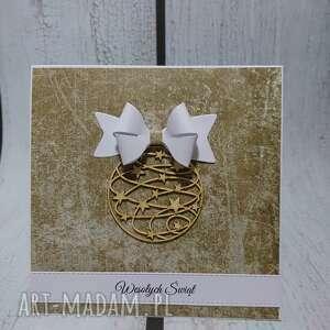 upominek święta brązowe bombka z kokardą w złocie