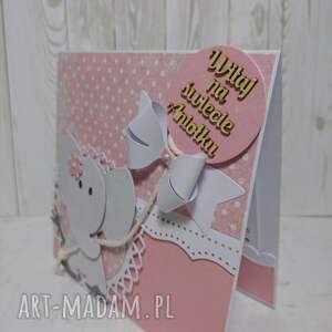 białe scrapbooking kartki narodziny kartka z gratulacjami w rękach