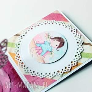 dziewczynka scrapbooking kartki pudełko - niespodzianka na urodziny