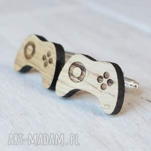 brązowe spinki do mankietów gamepad drewniane