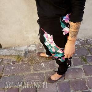 Mimi Monster spodnie: baggy - tropikalne kwiaty - dresowe damskie dres damski czarny
