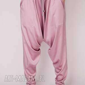 niekonwencjonalne spodnie alladynki różowe pumpy