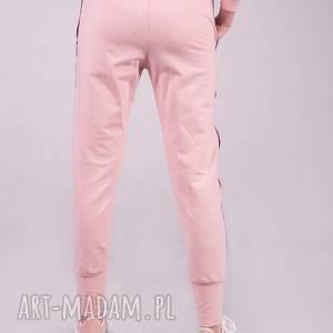 sportowe spodnie dres damski w kolorze