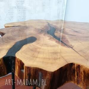 Stolik z plastra drewna z żywicy