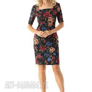 elegancka sukienka dopasowana z kwadratowym