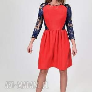 czerwień sukienki koralowa sukienka z koronkowymi