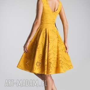 trendy sukienki sukienka miodowa scarlett midi haft richelieu