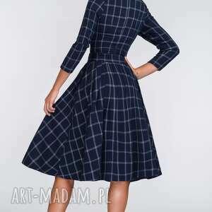 sukienki: wiazanie