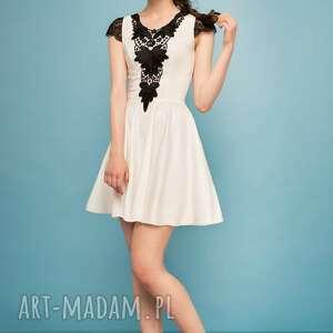 0d290905a8 sukienka rozkloszowana z czarną koronką ecru - monnom