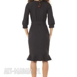 niebanalne sukienki modna sukienka z dziubkiem i falbaną