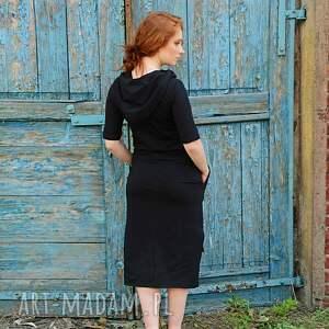 do kolana sukienka z kapturem