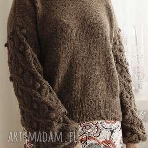 wyjątkowe swetry dziergany brązowy bomberek
