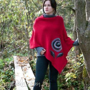 szare swetry poncho czerwone ponczo z aplikacją
