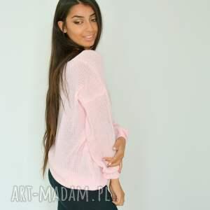 włóczka swetry opis sweter oversize w różowym kolorze