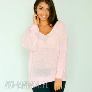 swetry: różowy sweter z dekoltem oversize sweterek
