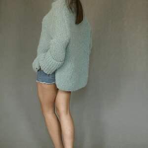 sweter oversize w bladej morskiej