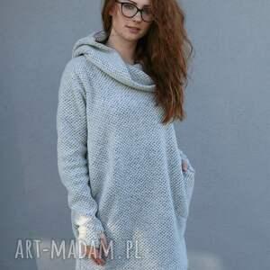 niepowtarzalne swetry duże rozmiary sweter jest wykonany z dzianiny wełnianej