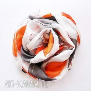 szare szaliki malowany szal pomarańczowe