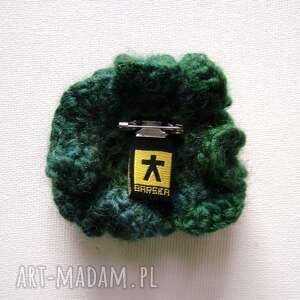 szaliczek szaliki otulacz w zieleniach z broszką