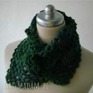 zielone szaliki otulacz w zieleniach z broszką