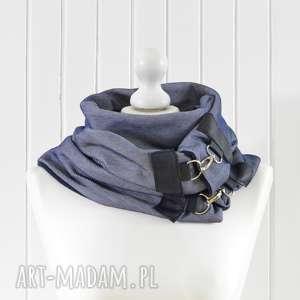 urokliwe szaliki jeansowy szal niebieski z granatową skórą