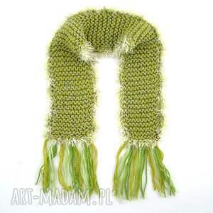 modne szaliki szalik zielony z frędzlami
