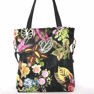 modne torebki czarna torba w kwiaty z kieszeniami