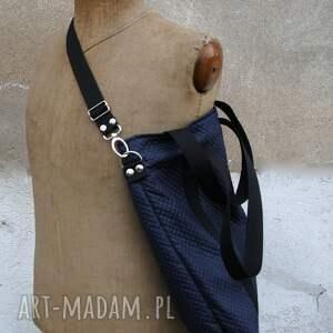 frapujące torebki z personalizacją granatowa pikowana torba