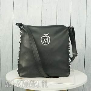 czarne torebki torebka listonoszka zameczki modny motyw