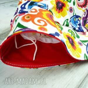 białe ubranka kapelusz dla dziecka, kwiaty