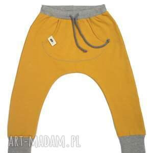 gustowne musztardowe spodnie typu baggy z lekko