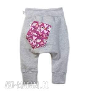 różowe modne spodnie dresowe z obniżonym krokiem - zarówno