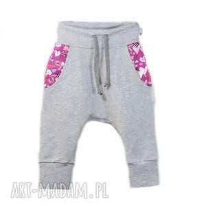 Spodnie dresowe szare z różowym sercem - ciepłe wygodne