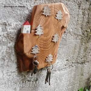 wieszaki domek na skarpie w lesie - wieszak
