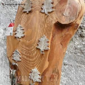 dom brązowe domek na skarpie w lesie - wieszak