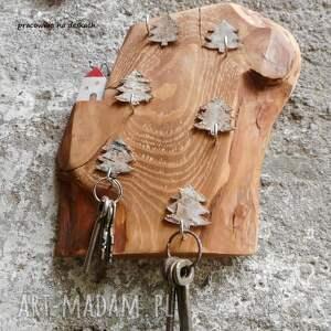 beżowe wieszaki wieszak na klucze domek na skarpie w lesie -