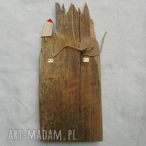 mały domek wieszaki wieszak wykonany ze starej spatynowanej deski
